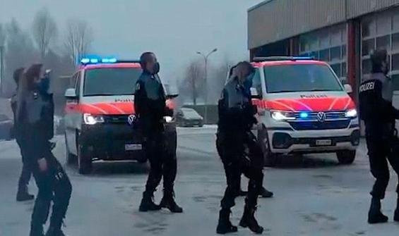 İsviçre polisi de dans akımına uydu, beğeni yağdı