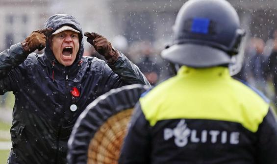 Hollanda'da Covid-19 kısıtlamaları protesto edildi