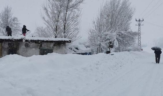 Kar kalınlığı 1,5 metre... Evler ve araçlar görünmez oldu