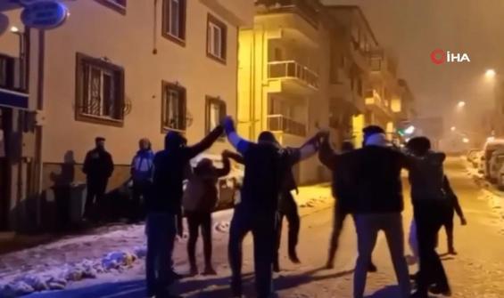 Kar yağınca ne kısıtlama tanıdılar ne sosyal mesafe