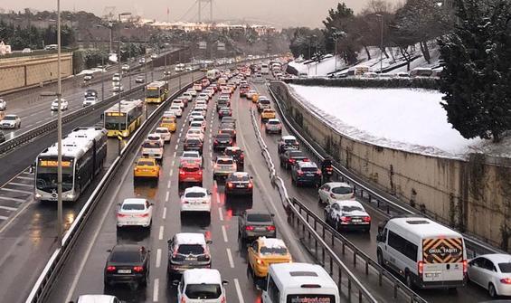 Kar ve buzlanma... İstanbul trafik yoğunluğu yüzde 80'i aştı