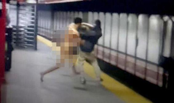 Metroda çıplak adam krizi!