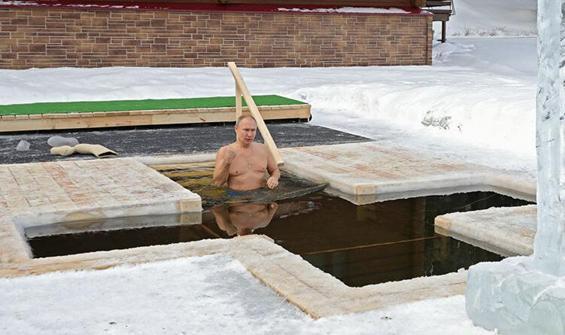 Putin Epifani için buzlu suya girdi