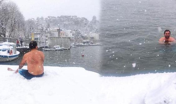 Yer İstanbul... Kar yağarken denize girdi