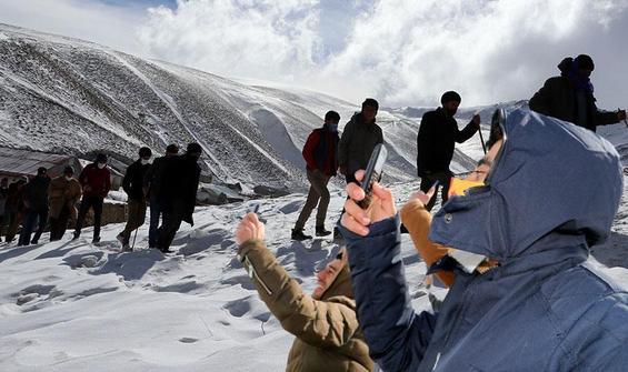 Karlı tepeye iki kilometrelik 'telefon' yürüyüşü