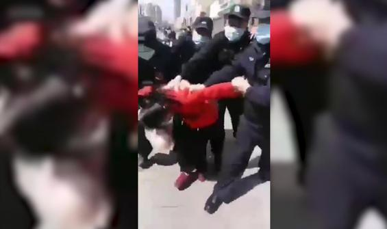 Maske takmayı reddeden kadını böyle gözaltına aldılar