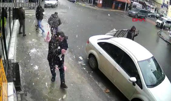 Şişli'de buz sarkıtının düştüğü anlar kamerada