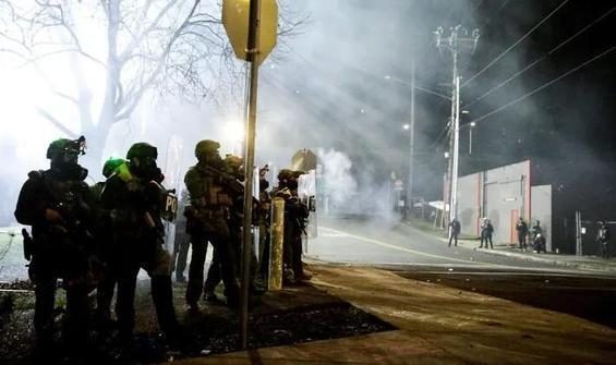 ABD'de göstericiler Demokrat Parti ofisine saldırdı