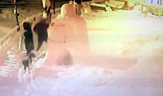 Kardan adama yumruklarla saldırdı