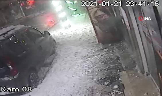 Yüzlerce kiloluk kar aracın üstüne böyle düştü