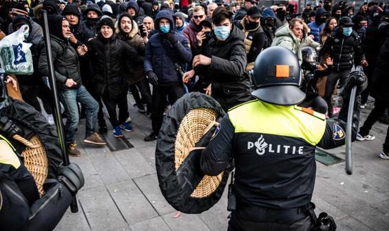 Hollanda'da Covid-19 kısıtlamaları karşıtı protesto