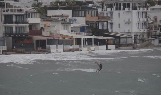 Bodrum'da fırtınada kitesurf yaptı