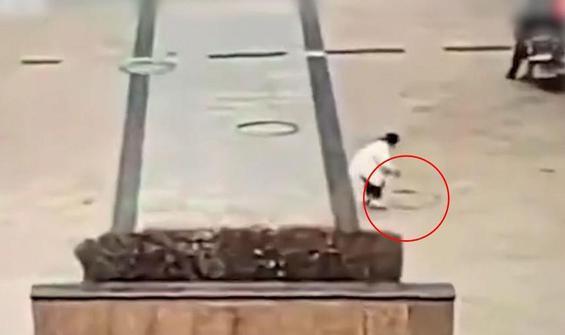 Küçük çocuğun attığı fişek rögar kapaklarını havaya uçurdu