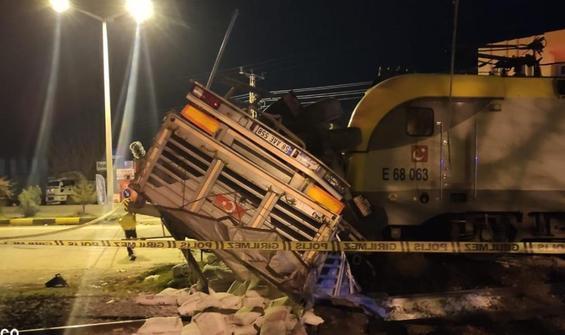 Yük treni TIR'ı biçti: 2 yaralı