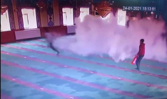 Çocukların camide yangın tüpüyle oyunu kamerada