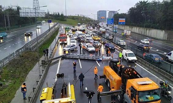 İstanbul'da yön tabelası devrildi, trafik felç oldu