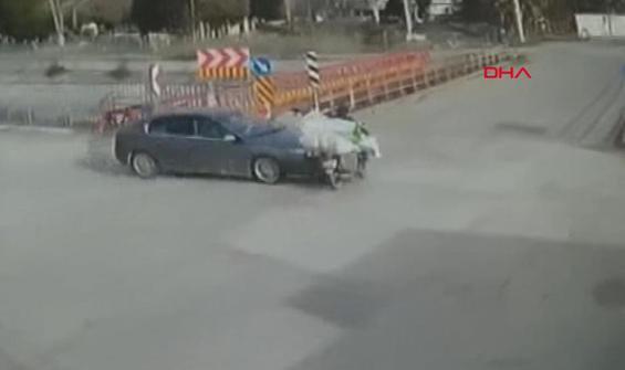 Otomobilin motosiklete çarpma anı kamerada
