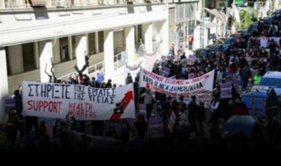 Atina'da doktorlar sokağa döküldü!