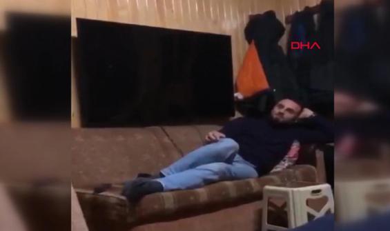 Kendisine şaka yapan kuzenini televizyonla kovaladı