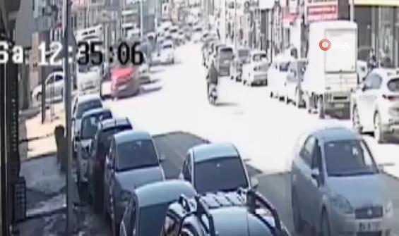 Ters şeride giren araç az daha kuryeyi öldürüyordu