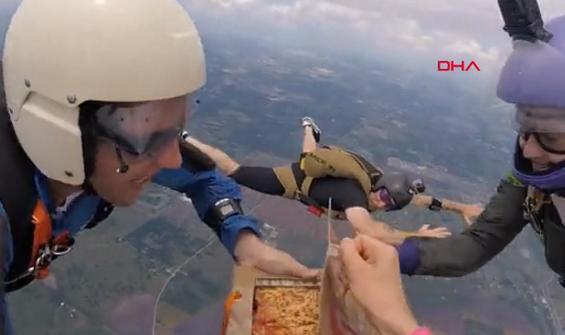 Çılgın paraşütçülerin havada pizza keyfi kamerada