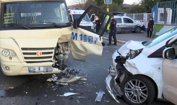 Yolcu minibüsü ile polis aracı kafa kafaya çarpıştı