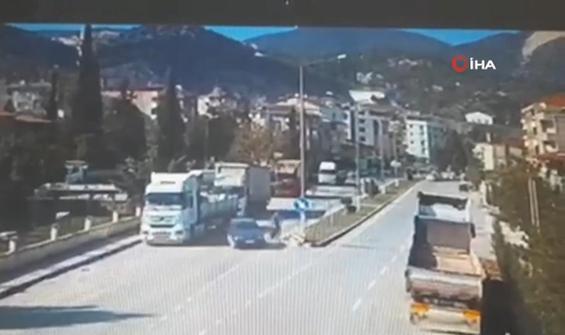 Otomobille motosikletli çarpıştı: 1 yaralı