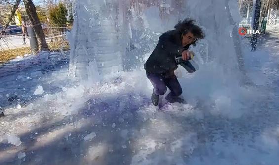 Üzerine düşen buz kütlesinden son saniyede kaçtı
