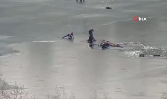 Buz tutan nehre düşen 4 kişi son anda kurtarıldı