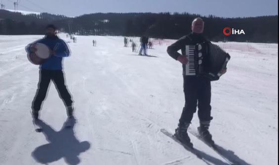 Enstrüman eşliğinde kayak keyfi
