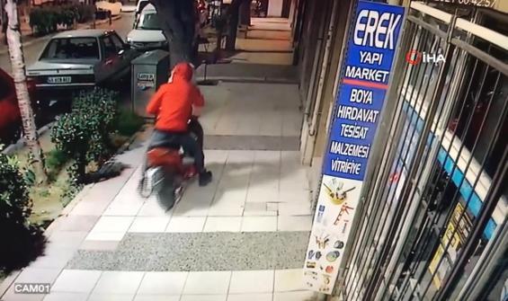Hem telefonla konuştu hem de motosiklet çaldı
