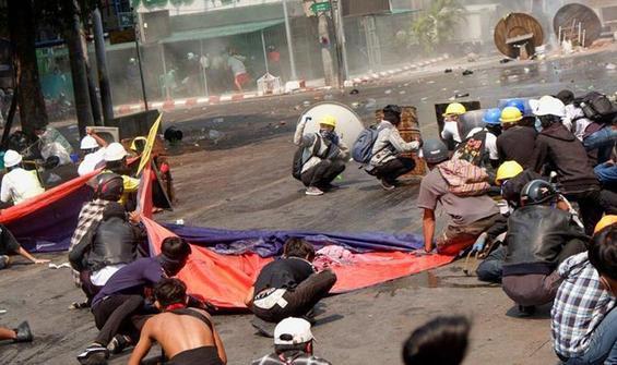 Myanmar'da öfke dinmiyor! Polisler ülkeden kaçtı
