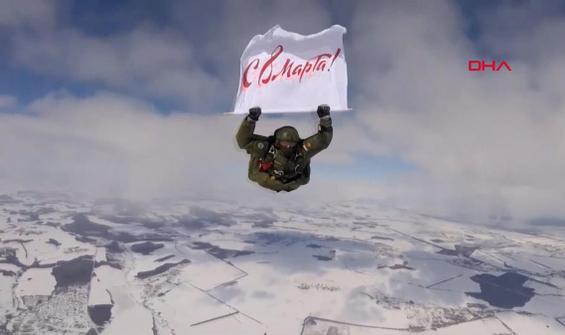 Rus paraşütçüler kadınlar için atladı