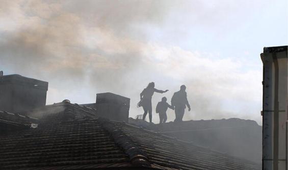 Daireyi ateşe verdi! Mahsur kalan aile çatıya çıktı