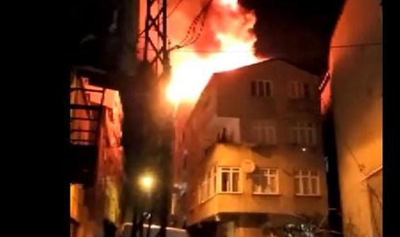 Çatı alev alev yandı! Mahalleli sokağa döküldü