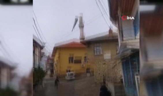 Rüzgarın yan yatırdığı minarenin külahı yerinden koptu