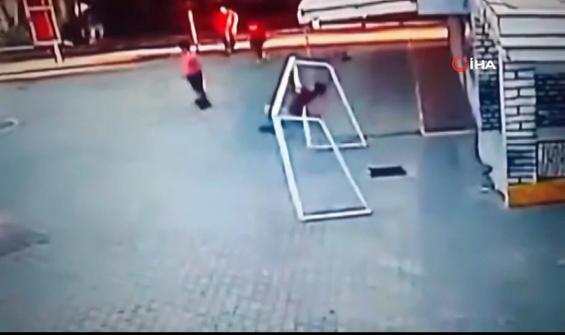 Futbol oynarken kale direği altında kalan çocuk kamerada
