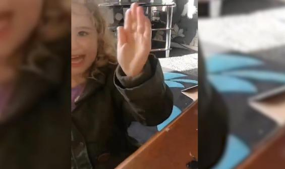 Böcekle kızın selamlaştığı ilginç anlar gülümsetti