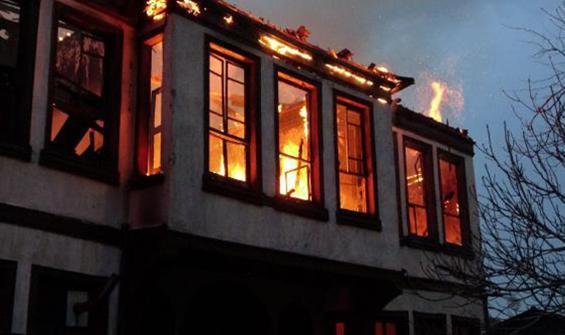 Tarihi bina yangında çöktü!Çok sayıda kedi yanarak can verdi