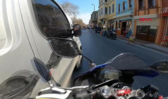 Hafif ticari araçla çarpışan motosikletli iş yerine girdi