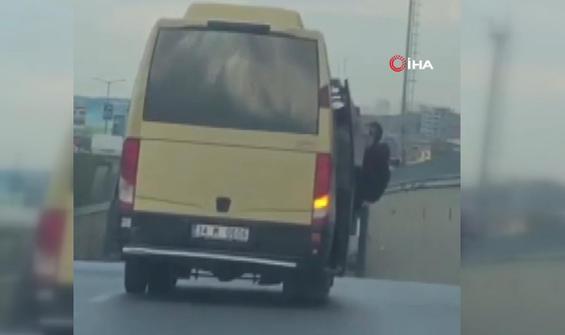 Tıka basa dolu minibüste kapıdan sarkarak yolculuk
