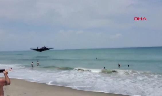 Uçak, kalabalık sahile acil iniş yaptı