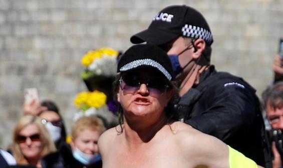 Cenaze töreninde çıplak protesto!