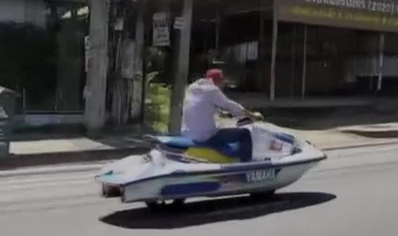Jet skiye tekerlek taktı, otobana çıktı