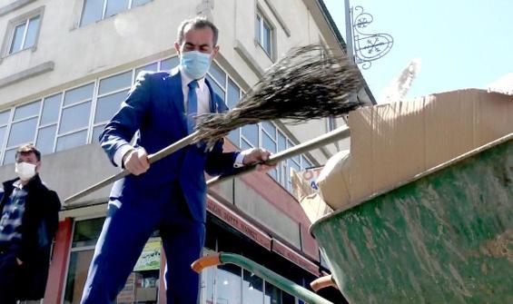 21 yıldır takım elbiseyle sokak temizliyor!