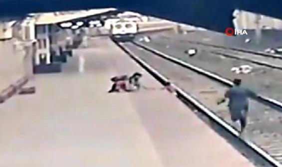 Çocuk yaklaşan trenin altında kalmaktan son anda kurtarıldı