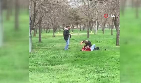 Biri dövdü diğeri cep telefonu ile çekti