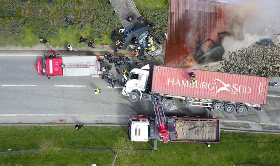 Bursa'da feci kaza! TIR, otomobilin üzerine devrildi