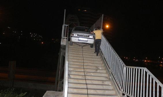 Bir garip olay! Otomobili yaya köprüsünden geçirmeye çalıştı
