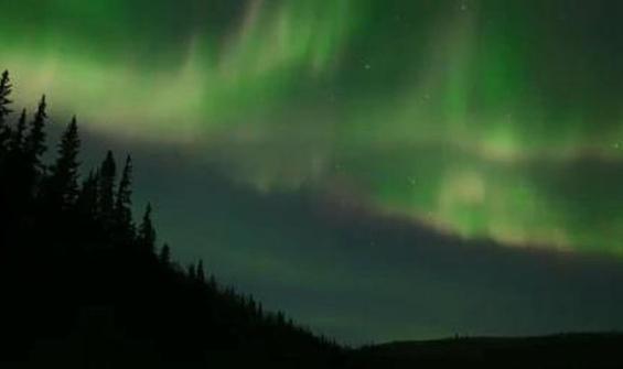 Kuzey Işıkları'nın gökyüzündeki büyüleyici dansı kamerada